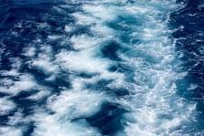 blaues-Meer-hinterm-Schiff-4351